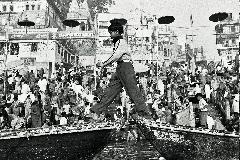 Camminando sul fiume. Varanasi, India.