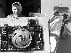 Eco artista del riciclo (realizza quadri con oggetti destinati ad aumentare la mole dei rifiuti )
