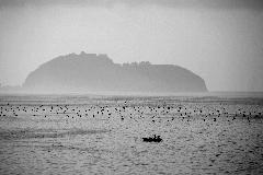 Il mare di Posillipo, a Napoli, all\\\'alba con i pescatori che ritirano le reti
